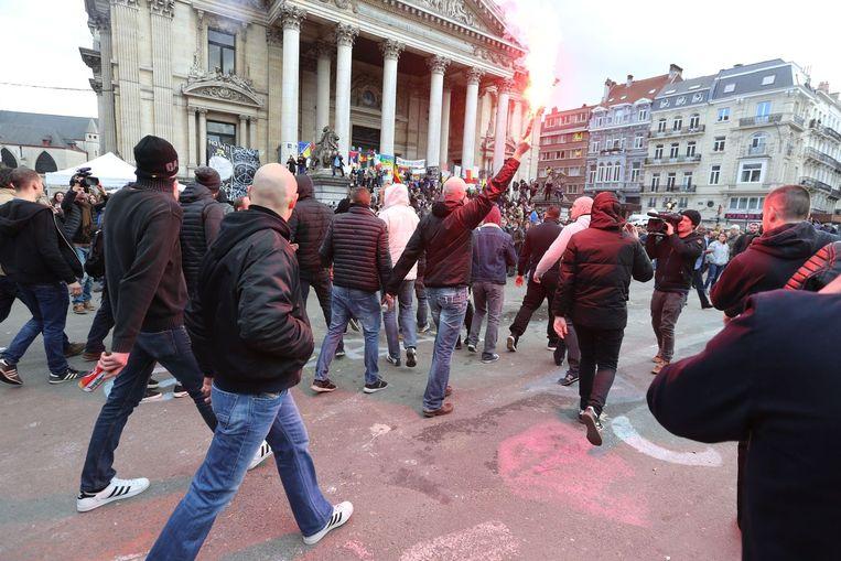 Hooligans op het Beursplein in Brussel Beeld anp