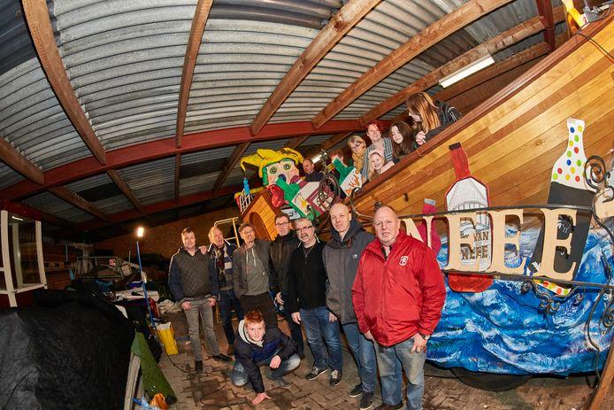 De wagengroep Greenchoice in Noordijk.  Het team bouwde een schip met verwijzingen naar diverse verdwenen cafés in en om het Vlearmoesdorp.
