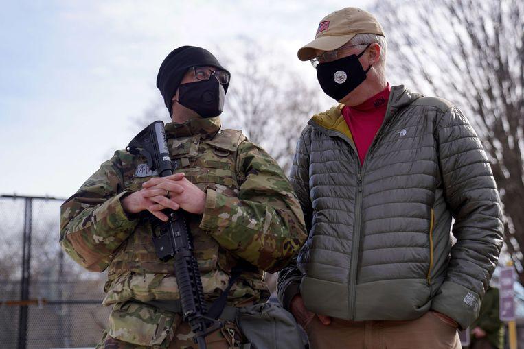 Waarnemend Defensieminister Christopher Miller (rechts) in gesprek met een soldaat in Washington. Beeld AFP
