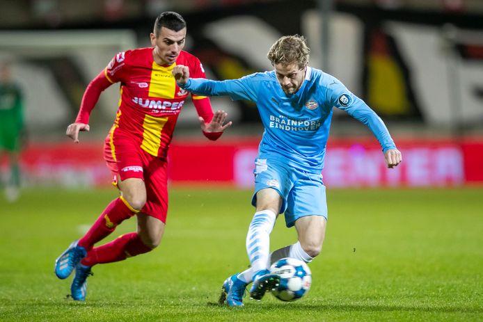 Antoine Rabillard probeert Dante Rigo van Jong PSV de bal te ontfutselen.