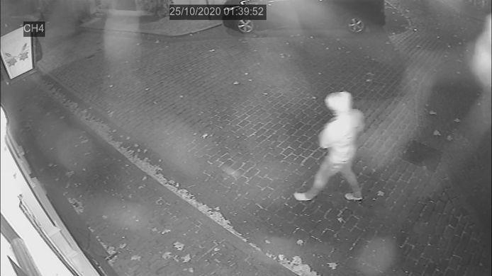 Op deze still uit de video van de aanslag op café 't Paleis in Nijmegen is de dader te zien.