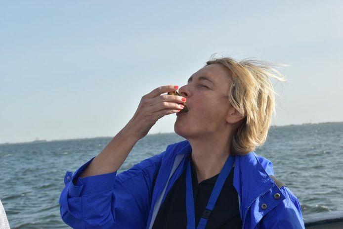 Vlaams minister van Visserij Hilde Crevits (CD&V) kreeg de eer om dit jaar de eerste Zeeuwse zilte oesters te vangen en proeven.