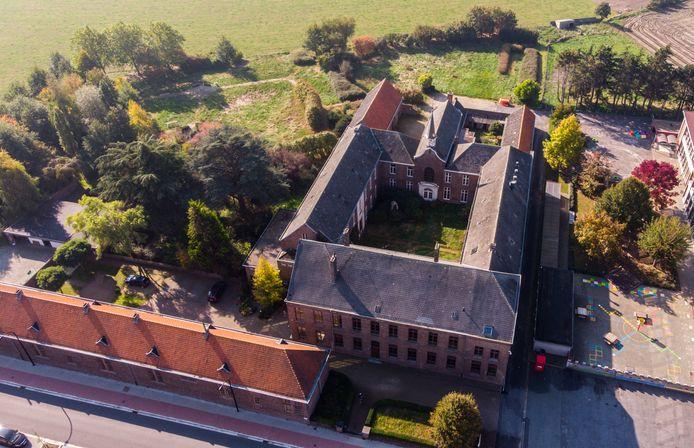 Omdat De Crem toch wild is van drones: een luchtbeeld van het oude klooster in Knesselare dat aangekocht zal worden.