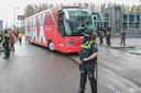Toen de Ajax-spelersbus arriveerde bleef het rustig.
