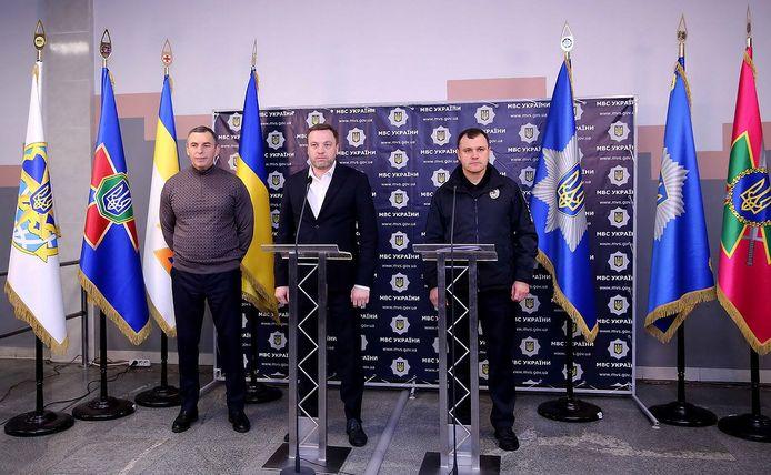 Sergej Sjefir (links) staat de pers te woord na de aanslag op zijn leven in Kiev.