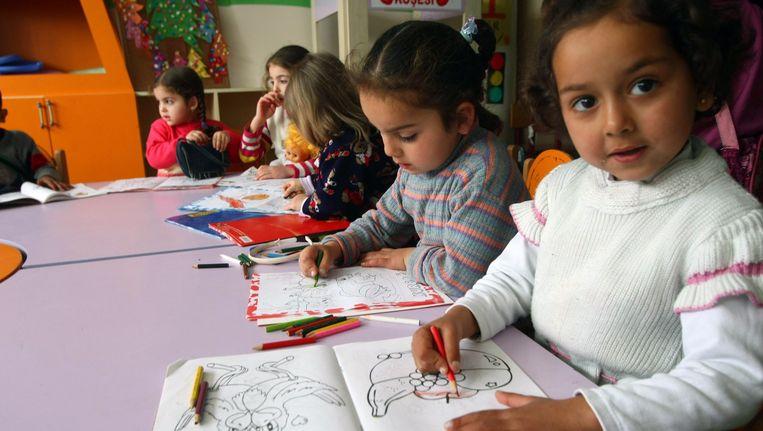 Syrische kinderen in een klasje in een Turks vluchtelingenkamp. Beeld AFP
