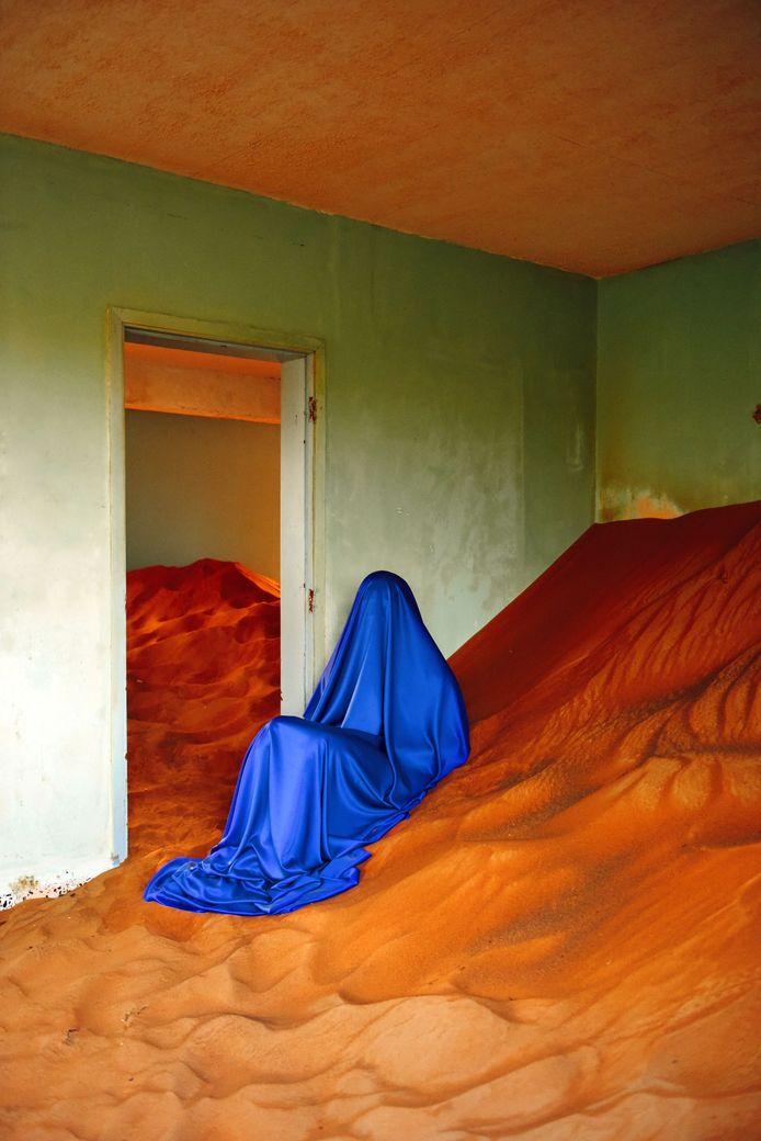De fotograaf achter het surrealistische campagnebeeld van het MOOOV-filmfestival is Sint-Niklazenaar Mous Lamrabat.