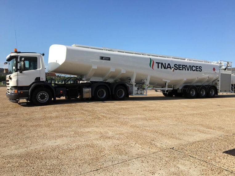 De nieuwe, grote tankwagen die instaat voor de brandstofbevoorrading van de vliegtuigen.