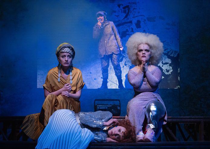Scène uit de voorstelling Trojan Wars door HNTjong en Het Nationale Theater.