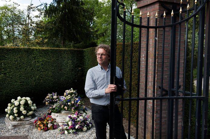 Martin Hendericks bij het bloemenhoekje op de begraafplaats van Vianen. FOTO WILLIAM HOOGTEYLING