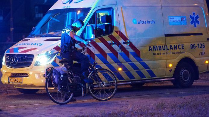 Een politieman ontfermt zich over de fiets van het slachtoffer.