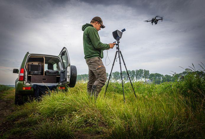 Marc Beijer speurt met de drone een akker in Zuid-Beijerland af op zoek naar verscholen reekalfjes.