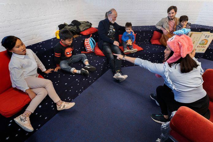 Serena Wang (r) vertelt verhalen tijdens de eerste van vier voorleesuurtjes voor Chinese kinderen in CultuurSpoor Best