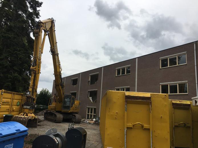 Dinsdag is een begin gemaakt met de sloop van appartementencomplex De Els aan de Meijersveldweg.