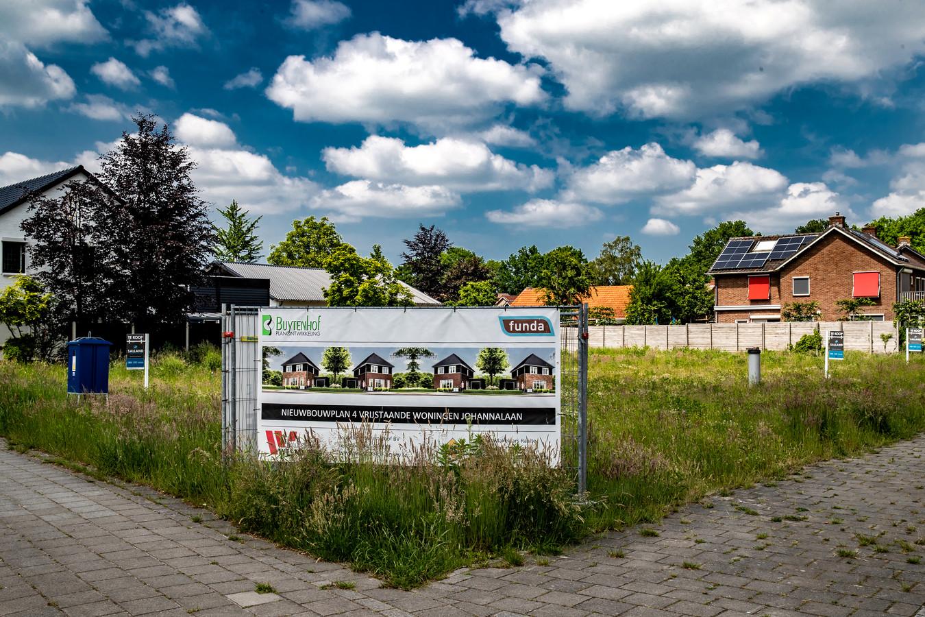 Het is raadslid Jan Schokker een doorn in het oog: in zijn dorp Heeten worden aan de Johannalaan vier woningen van een half miljoen neergezet, waar volgens hem beter acht 'betaalbare' huizen gebouwd konden worden.