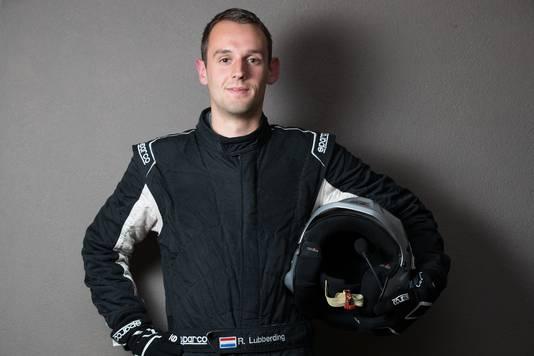 Rick Lubberding met zijn rallykleding en helm. Die uitrusting - inclusief brandwerend ondergoed en Hans-nekbeschermer - schafte hij zelf aan voor 1.500 euro.