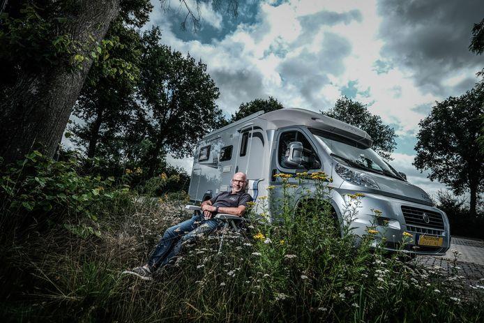 Ronald Suselbeek met zijn camper.
