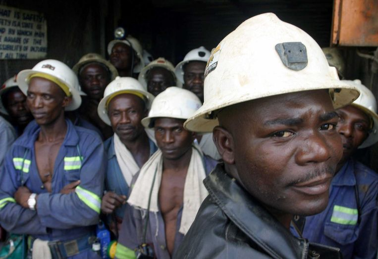 Kopermijnwerknemers in Konkola wachten tot ze naar beneden gaan, om ondergronds te werken. Beeld Reuters, Salim Henry