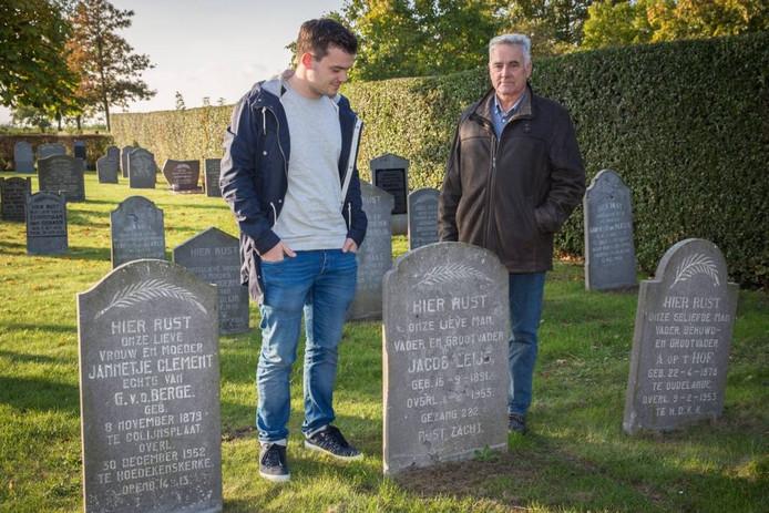 Mitchel Vermeulen (links) en Arie van den Hooven van de dorpsraad Hoedekenskerke bij het graf van Jacob Leijs, het eerste slachtoffer van de watersnoodramp.