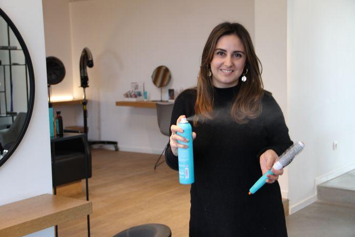 Elena Zimina mag, net als twee andere Belgische dames, mee naar het Eurovisiesongfestival in Rotterdam, om er het haar van de artiesten te knippen.