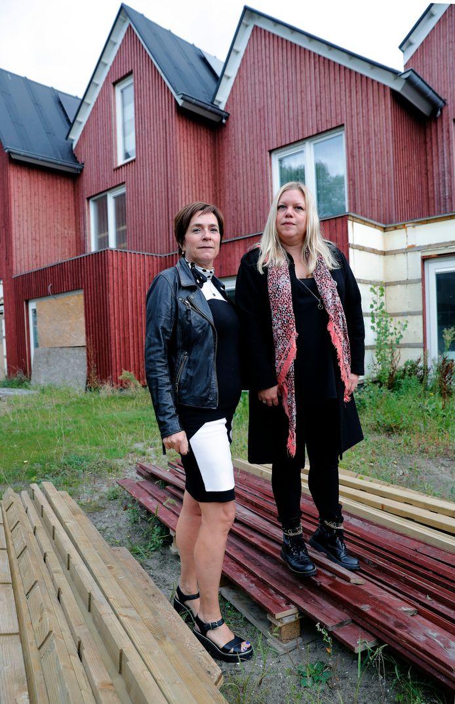 Dineke van Ommen (l) en Nancy Snijders hebben hun huizen te koop gezet.