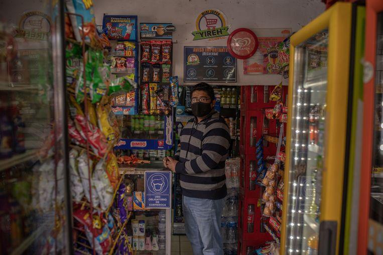 Kruidenier Noé Santos (35) tekende een petitie tegen de wet. 'Als vader ben ik voor, als ondernemer tegen. De pandemie heeft onze verkopen hard geraakt. Nu komt deze wet er nog bovenop.' Beeld Alejandro Cegarra