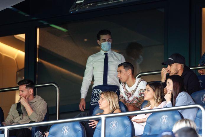 Lionel Messi (l) Ángel Di Maria (tweede van rechts) en Mauro Icardi (r) kijken toe vanuit het Parc des Princes.