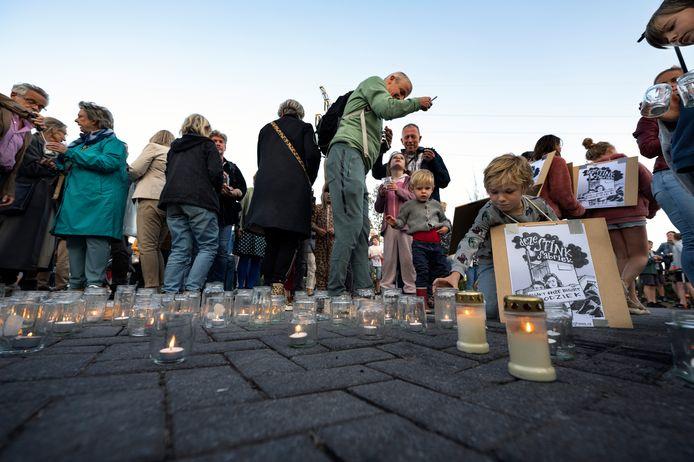Protest bij poort APN Dura Vermeer. Bewoners van omliggende wijken van de asfaltfabriek protesteerden met leuzen als 'Wij worden doodziek van die vieze stinkfabriek'. Ook werden voor de gesloten poort van de Asfalt Productie Nijmegen aan de Energieweg kaarsjes aangestoken.