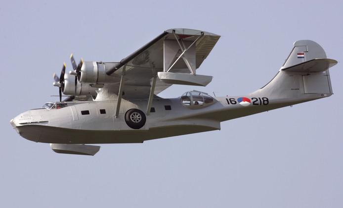 De Catalina met uitgeklapte drijvers aan de uiteinden van de vleugels tijdens de Airshow op Lelystad Airport.