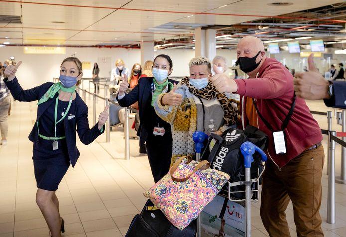 Vanaf Schiphol vertrekken 189 vakantiegangers naar Rhodos voor een testvakantie.