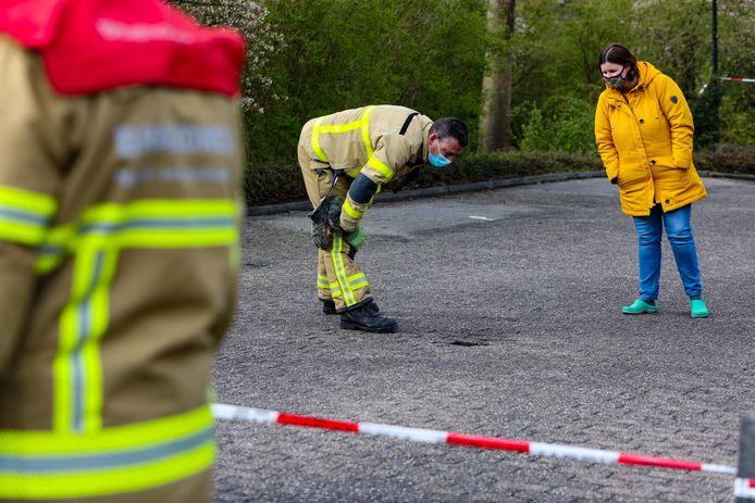 De brandweer onderzoekt het gat, nadat een buurtbewoner alarm had geslagen.