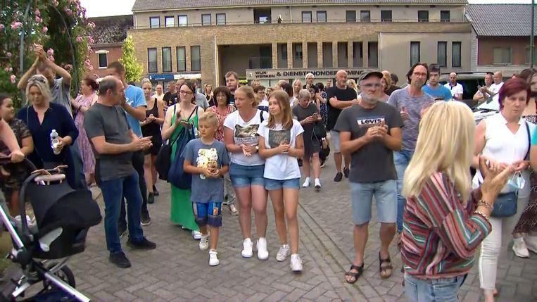 In Dilsen-Stokkem zijn vanavond tientallen sympathisanten van Jürgen Conings opgedaagd om de overleden militair te herdenken. Beeld VTM NIEUWS