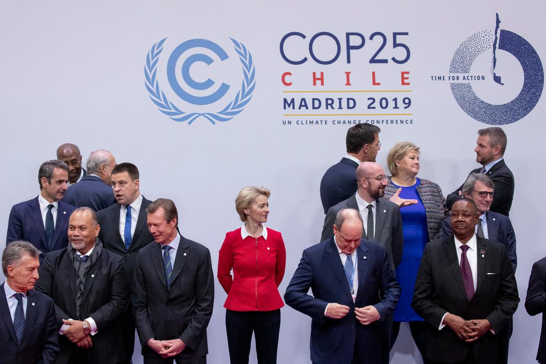 De deelnemers aan de klimaattop in Madrid, onder wie Commissievoorzitter Von der Leyen en  EU-president Michel, maken zich klaar voor de traditionele familiefoto. Beeld Getty Images