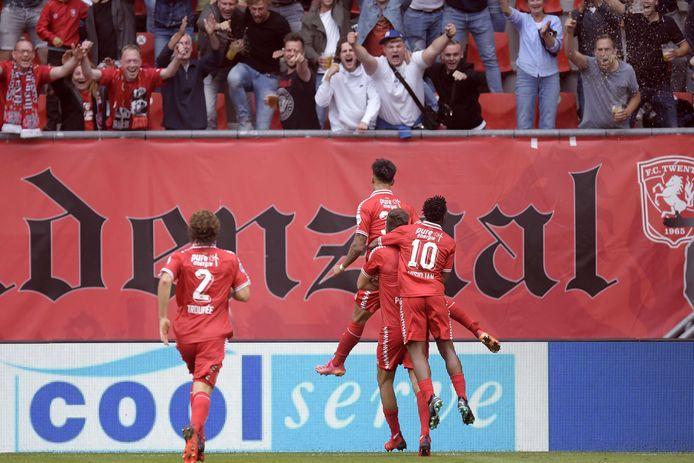 Spelers van FC Twente vieren de 1-0 tegen FC Utrecht.