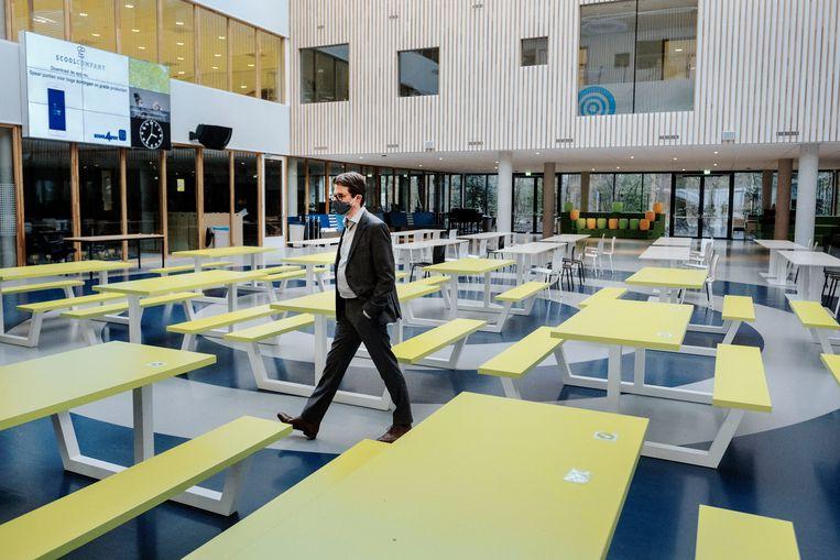 Rector Rob Schuurmans loopt door het verlaten Frits Philips Lyceum in Eindhoven.  Beeld Merlin Daleman