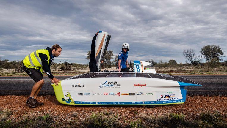 Punch Powertrain Solar Team tijdens de race nabij Kulgera in Australië. Beeld afp