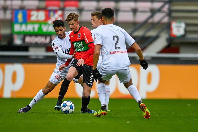NEC'er Joep van der Sluijs wordt ingesloten door spelers van Telstar. De middenvelder komt dit seizoen niet meer voor de Nijmeegse eerstedivisionist in actie.