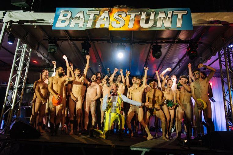 Het wereldrecord 'zoveel mogelijk naakte mannen op één vierkante meter rond Showbizz Bart' tijdens 'Bataclan' 2019.  Beeld vzw CirQ