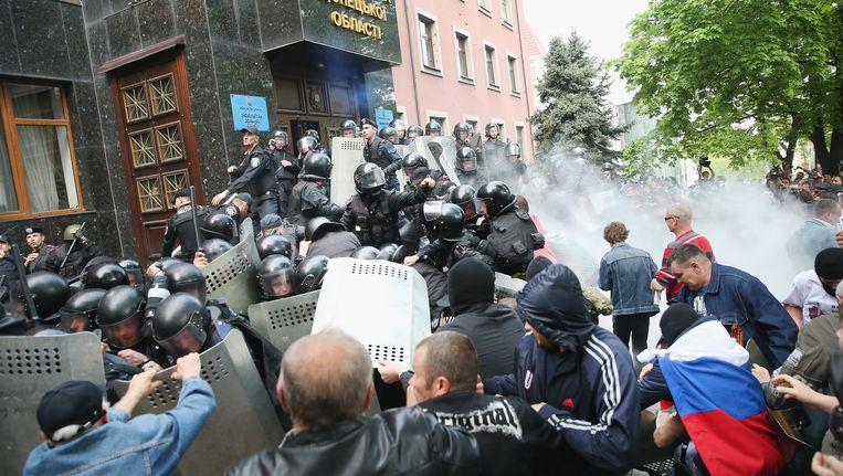 Pro-Russische activisten in gevecht met de Oekraïense politie in Donetsk. Beeld GETTY