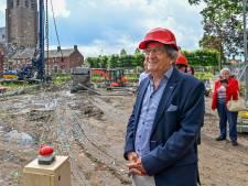 Met een druk op de knop start Mart Cales (81) de bouw van het Leonardushof in Wouw