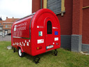Ruiselede heeft een nieuwe, erg praktische investering gedaan. Bij recepties in open lucht zal deze mobiele trailer voortaan ingeschakeld worden. De komende maanden blijft de caravan aan de kerk staan.
