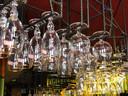 In dit populaire café hangen de bierglazen al klaar om gevuld te worden.