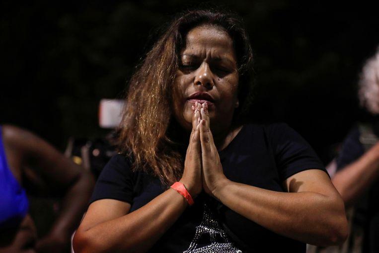 Zulema Perez bidt voor de slachtoffers van het ingestorte appartementencomplex.  Beeld REUTERS