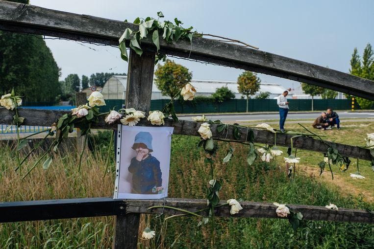 Een herdenkingsplaats aan het opvangcentrum in Grande-Synthe, vlak na de dood van Mawda. Beeld Wouter Van Vooren