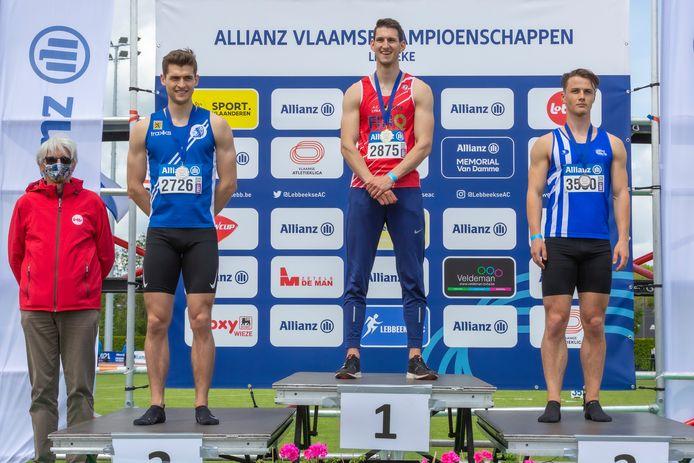 Senne Segers (midden) met goud en een persoonlijk record.