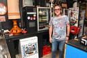 UItbater Antony Verschaeve van café Lusterke helpt met klanten dj Bernardo