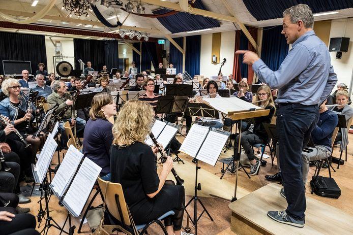 Repetitie van harmonie Semper Unitas onder leiding van Geert Mooren.