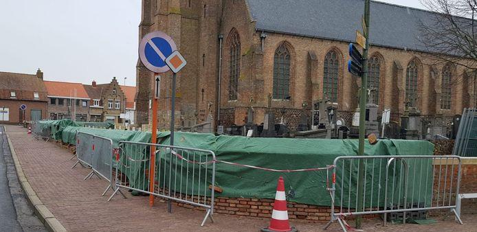 Er zijn restauratiewerken bezig aan de muren van de begraafplaats in Dranouter.