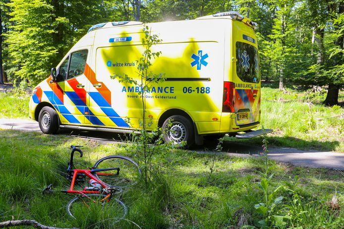 Een hoogbejaarde fietser is gewond geraakt bij een ongeval tussen Emst en Vierhouten.