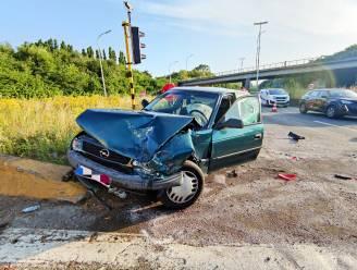 Opnieuw ongeval in 'put' op R8: bestuurster zit vast in haar auto